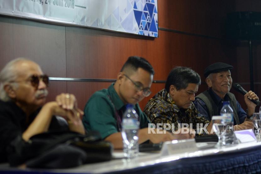 Wartawan Senior Aristides Katoppo (kanan) memaparkan pandangannya bersama Pengamat ekonomi Umar Juoro (kedua kanan),Pengamat Politik Senior Salim Said (kiri) dan moderator Bawono Kumoro saat menjadi pembicara dalam acara Orasi 82 Thn B.J.Habibie : Demokratisasi  Tak Boleh Henti!  di Habibie Center, Jakarta, Ahad (24/6).