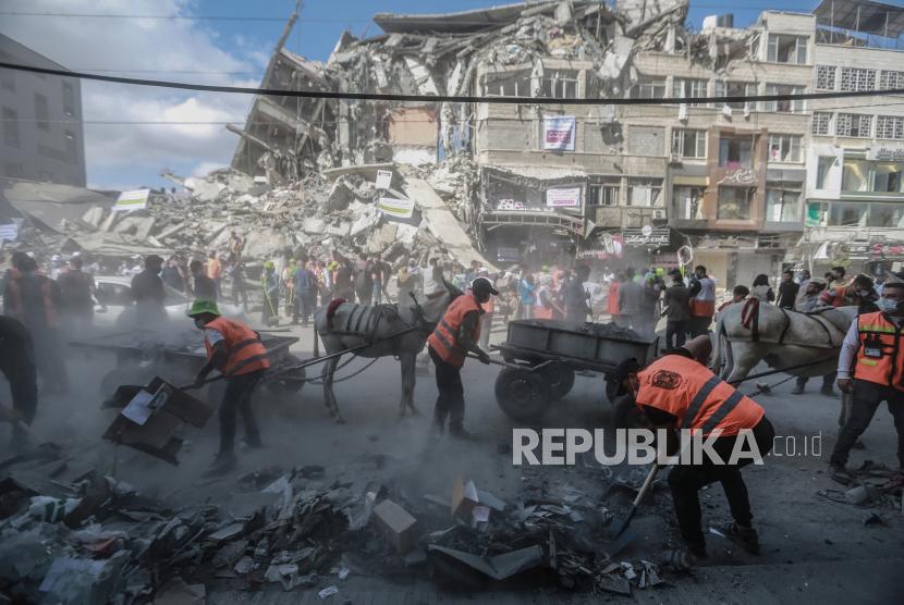 Relawan Palestina mengatur kampanye untuk membersihkan jalan-jalan di Kota Gaza yang terkena serangan udara Israel selama konflik militer baru-baru ini antara Israel dan gerakan Islam Palestina Hamas.