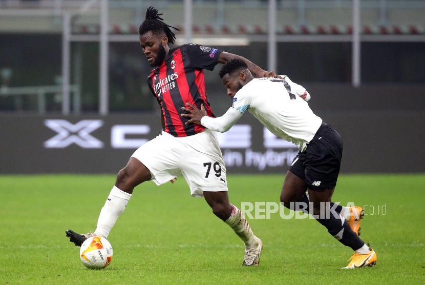 Gelandang AC Milan Franck Kessie (kiri).