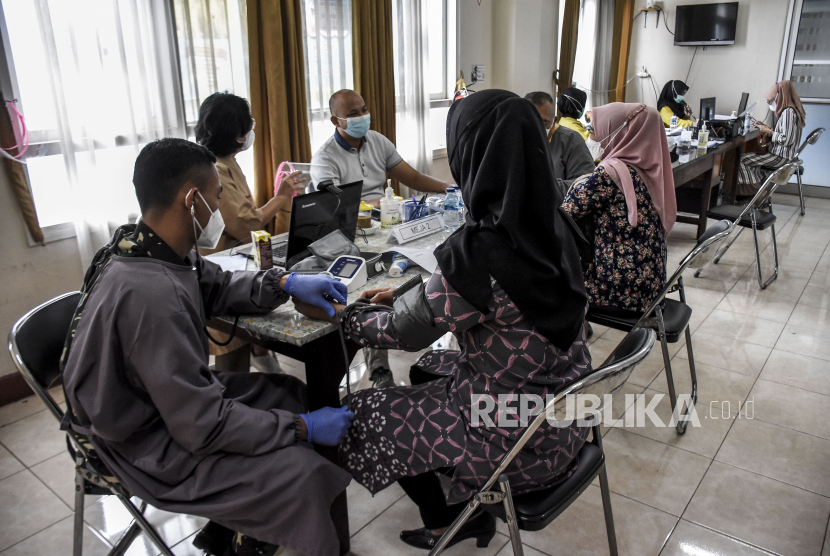 Sejumlah anggota TNI menjalani tahap verifikasi dan pemeriksaan kesehatan sebelum disuntik vaksin Covid-19 di Perawatan Umum Lanud Husein Sastranegara, Kota Bandung