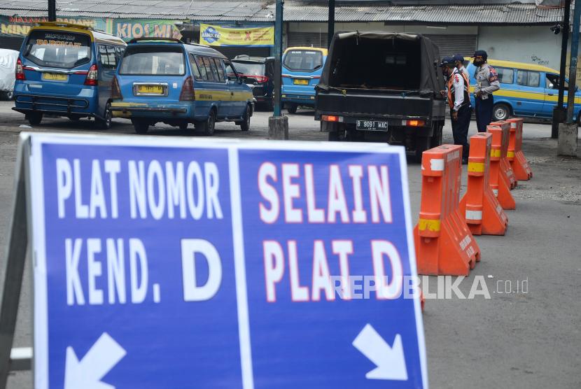 Satuan Lalu Lintas (Satlantas) Polrestabes Bandung menerapkan penyekatan ganjil-genap mulai dari Terminal Ledeng, Kota Bandung menuju arah jalur wisata kawasan Lembang, Kabupaten Bandung Barat, Jawa Barat, Sabtu (18/9). (Foto ilustrasi)