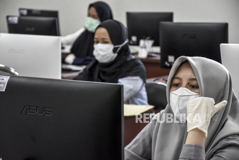 Peserta mengikuti Ujian Tulis Berbasis Komputer (UTBK) dalam rangka Seleksi Bersama Masuk Perguruan Tinggi Negeri (SBMPTN) 2021.