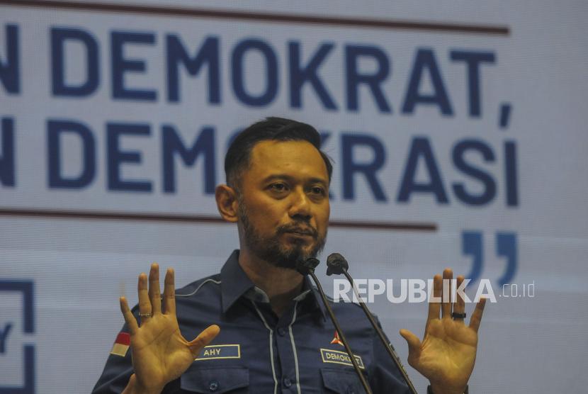 Ketua umum Partai Demokrat Agus Harimurti Yudhoyono (AHY) saat memberikan keterangan pers di Kantor DPP Partai Demokrat, Jakarta, Jumat (5/3). AHY mengatakan bahwa Kongres Luar Biasa (KLB) yang digelar di Deli Serdang, Sumatera Utara ilegal dan juga inkonstitusional serta tidak sesuai dengan AD/ART yang telah diakui pemerintah. Republika/Putra M. Akbar