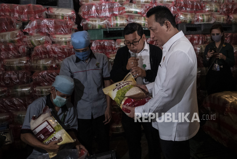 Kabareskrim Polri Komjen Pol Listyo Sigit Prabowo (kedua kanan) meninjau ketersediaan beras dan pangan (ilustrasi)