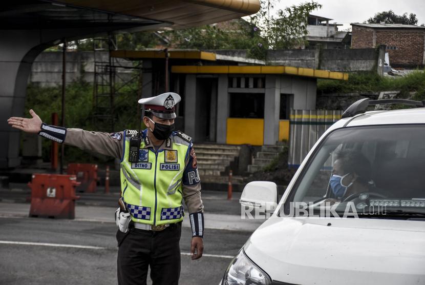 Larangan mudik masih tetap ditegakkan dan tidak ada perubahan atas keputusan itu. Foto, petugas kepolisian mengarahkan kendaraan untuk memutar balik di pos pemeriksaan Pembatasan Sosial Berskala Besar (PSBB) di Gerbang Tol Cileunyi, Kabupaten Bandung (ilustrasi)