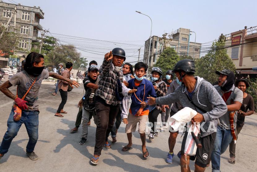 Orang-orang membawa demonstran yang terluka selama protes menentang kudeta militer di Mandalay, Myanmar, 22 Maret 2021. Majelis Umum Perserikatan Bangsa-Bangsa (MU PBB) menyerukan penghentian aliran senjata ke Myanmar, Jumat (18/6/2021).