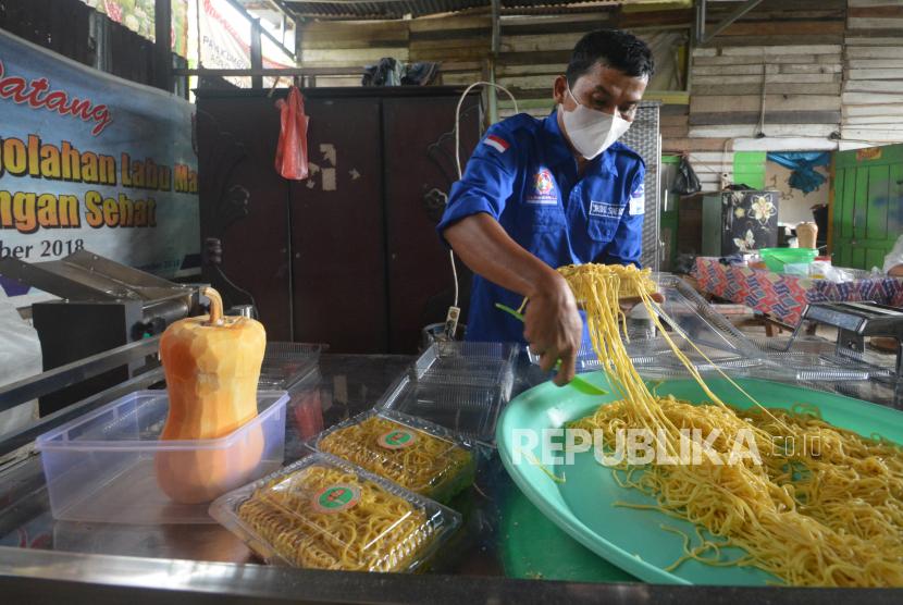 Perajin membuat mie dari buah labu madu, di Payakumbuh, Sumatera Barat, Selasa (22/6/2021). Pelaku UMKM mengolah buah labu madu menjadi tepung labu yang bisa dibuat kue dan mie basah yang dijual Rp20 ribu per kilogram.