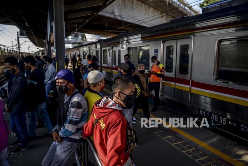 Sejumlah penumpang menunggu kedatangan KRL Commuter Line di Stasiun Tanah Abang, Jakarta (Ilustrasi).