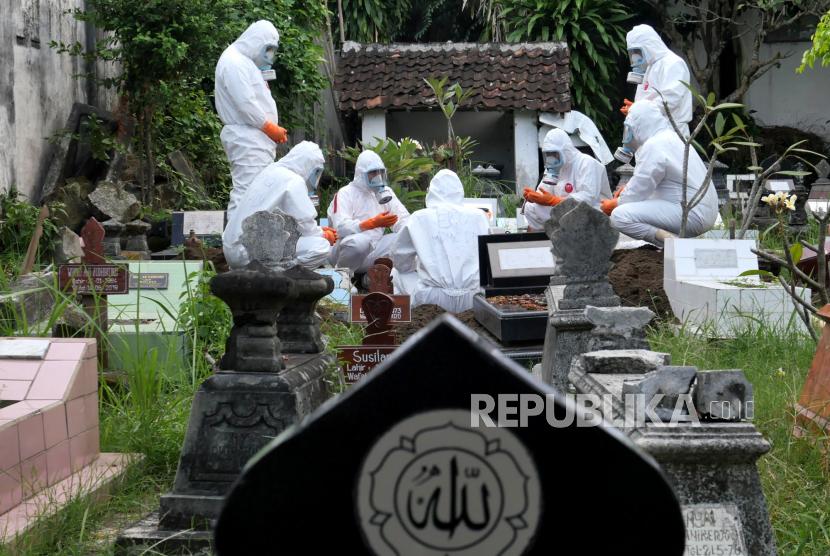 Petugas TRC BPBD DIY melakukan pemakaman dengan protokol Covid-19 di Makam Ngeseng, Yogyakarta, Senin (21/6). Selama empat hari terakhir Provinsi DIY mencatatkan rekor kasus Covid-19. Rekor kasus pada Ahad (20/6) lalu, mencapai 665 kasus. Sehingga dengan total kasus 52.641 orang dan  kasus kematian mencapai 1.367 orang.