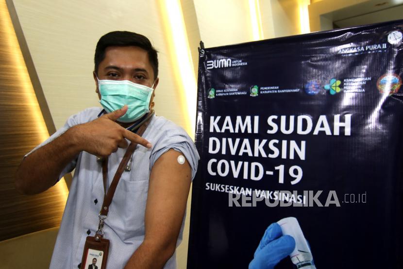 Petugas Angkasa Pura II menunjukan bekas vaksin di Bandara Banyuwangi, Jawa Timur, Jumat (26/3/2021). Sebanyak 142 petugas dari Angkasa Pura II Banyuwangi, Airnav dan Akademi Penerbangan Indonesia mendapatkan vaksin pertama sebagai upaya penanganan COVID-19 jelang pelaksanaan arus mudik Idul Fitri 2021.