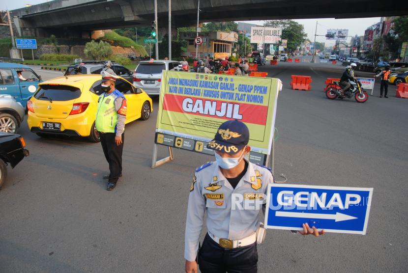 Sejumlah personel gabungan dari TNI AD, Kepolisian, Dishub dan Satpol PP Kota Bogor mengatur arus lalu lintas saat pemberlakuan aturan ganjil genap di Simpang Tol Lingkar Luar Bogor, Jawa Barat, Selasa (27/7/2021). Satgas Penanganan COVID-19 Kota Bogor memperpanjang pemberlakuan aturan ganjil genap bagi kendaraan bermotor selama satu pekan di hari kerja sebagai upaya mengurangi mobilitas masyarakat dan menurunkan angka kasus positif COVID-19 di Kota Bogor.