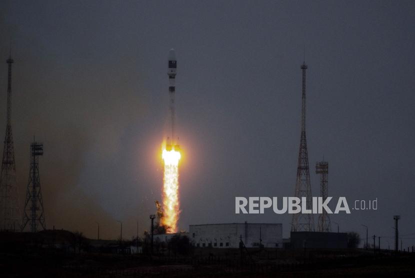 Gambar selebaran yang disediakan oleh Perusahaan Luar Angkasa Negara Rusia ROSCOSMOS di situs resminya menunjukkan roket pembawa Soyuz-2. ilustrasi