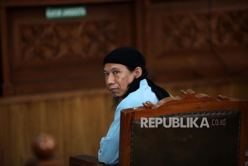 Terdakwa kasus dugaan serangan teror bom Thamrin Oman Rochman alias Aman Abdurrahman menjalani sidang pembacaan putusan (vonis) di Pengadilan Negeri Jakarta Selatan, Jumat (22/6).