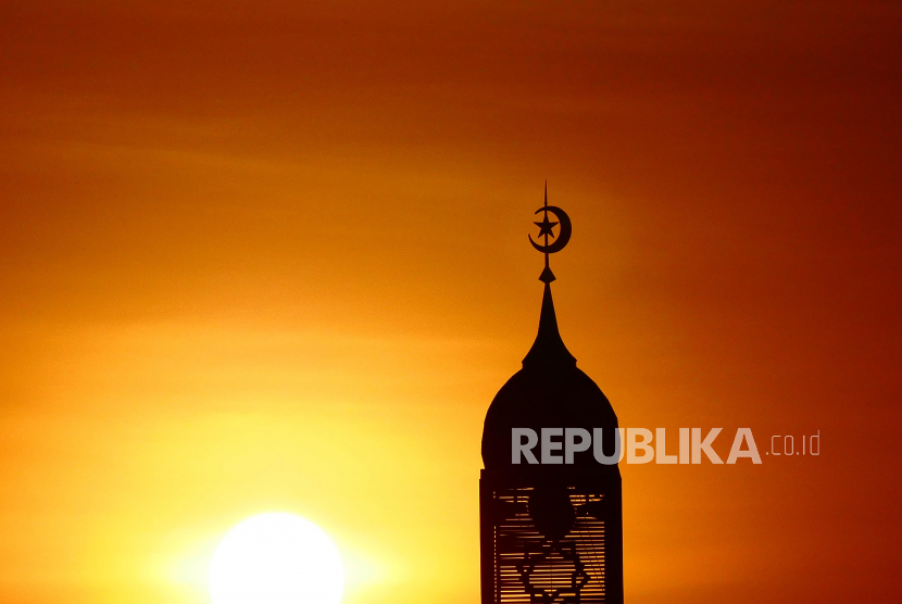 Masjid Perlu Miliki Sistem Akuntansi. Foto:   ILUSTRASI SUNSET, MENARA MASJID, ILALANG, SILUET