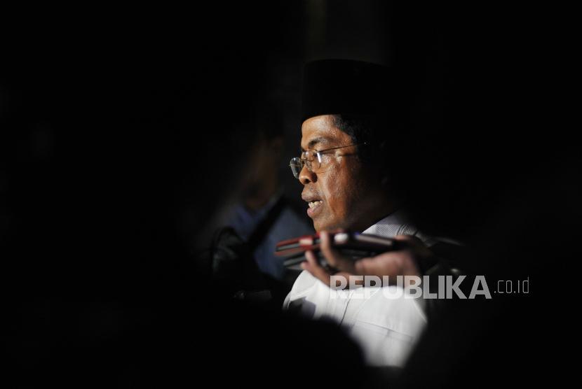 Menteri Sosial Idrus Marham (kanan) memberikan keterangan seusai menjemput anak keluarga terduga teroris di Bandara Halim Perdanakusuma, Jakarta, Selasa (12/6) .
