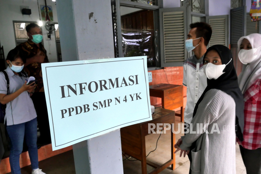 Orang tua dan calon siswa melakukan verifikasi data pendaftaran peserta didik baru (PPDB) di SMP Negeri 4 Yogyakarta, Selasa (22/6). Pada PPDB kali ini diperuntukan jalur mutu, afirmasi, dan mutasi luar daerah. Untuk jalur mutu jumlah kursi yang diperebutkan sebesar 39 persen kuota. Sedangkan untuk mutasi luar daerah hanya 10 persen kuota.