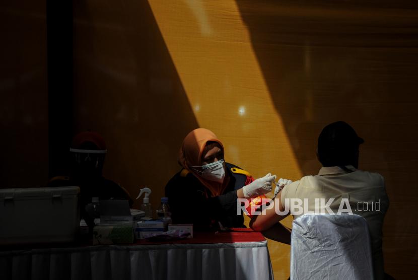 Petugas kesehatan menyuntikkan vaksin COVID-19 kepada buruh saat vaksinasi massal bagi buruh di PT Kahatex, Kabupaten Sumedang, Jawa Barat, Kamis (5/8/2021). TNI dan Polri memberikan 2.500 dosis vaksin COVID-19 bagi buruh guna mempercepat program vaksinasi nasional.