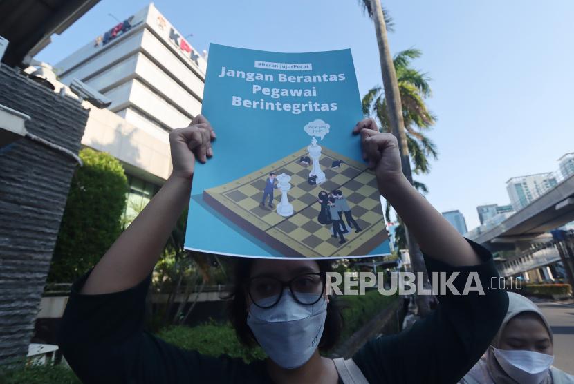 Sejumlah Pegawai KPK (nonaktif) bersama Solidaritas Masyarakat Sipil, melakukan aksi damai di depan Gedung ACLC - KPK, Jakarta, Jumat (17/9/2021). Dalam aksi tersebut mereka menulis surat kepada Presiden untuk menepati jainjinya untuk memberantas korupsi di Indonesia salah satunya dengan  membatalkan Tes Wawasan Kebangsaan (TWK) yang memecat 57 pegawai KPK berintegritas karena dinilai sebagai bentuk pelemahan pemberantasan korupsi.
