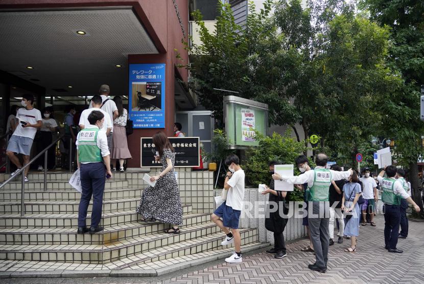 Anak-anak muda berbaris untuk memasuki tempat vaksinasi COVID-19 di distrik Shibuya di Tokyo, Jepang, 29 Agustus 2021.