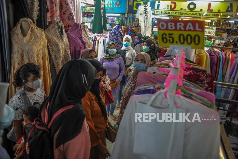 Pengunjung memadati salah satu kios di Pasar Baru, Bandung, Jawa Barat, Kamis (29/4/2021). Ketua Himpunan Pedagang Pasar Baru (HP2B) Iwan Suhermawan menyatakan, dua pekan jelang Idul Fitri 1442 H kunjungan pembeli ke Pasar Baru meningkat hingga 10 kali lipat atau mencapai 10.000 pengunjung per hari dibandingkan kunjungan hari biasa di masa pandemi COVID-19 yang hanya 1.000 pengunjung.