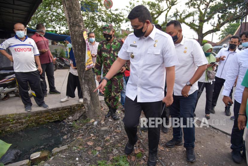 Wali Kota Medan Bobby Nasution (tengah) meninjau saluran drainase yang bermasalah di Jalan Sunggal, Medan, Sumatera Utara, Rabu (16/06/2021). Peninjauan tersebut sebagai respon terhadap keluhan warga yang mengeluhkan saluran drainase di kawasan tersebut tersumbat dan mengakibatkan banjir jika hujan turun.