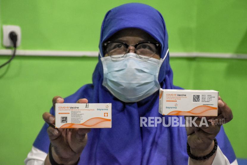 Petugas menunjukkan vaksin Covid-19 di Instalasi Farmasi Dinas Kesehatan Kota Bandung, Kamis (25/2/2021).