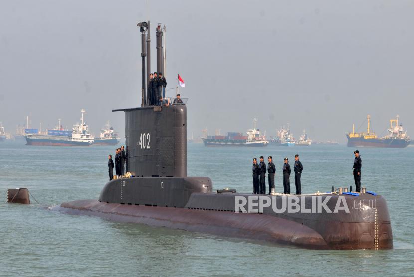 FOTO ARSIP - Sejumlah prajurit TNI-AL awak kapal selam KRI Nanggala-402 berada di atas lambung kapal setibanya di Dermaga Koarmatim, Ujung, Surabaya, Jatim, Senin (6/2/2012). Kapal selam tersebut kembali bergabung dengan TNI AL usai menjalani perbaikan menyeluruh di galangan kapal Daewoo Shipbuilding & Marine Engineering, Okpo, Korea Selatan.