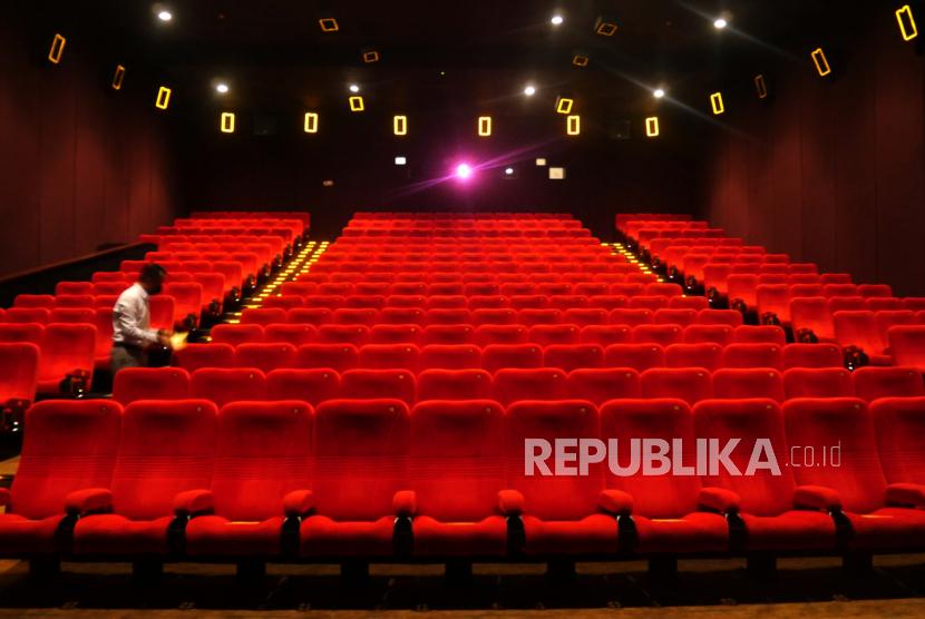 Petugas memeriksa ruangan studio sebelum digunakan di Bioskop XXI Yogyakarta.