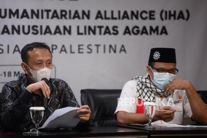 Ketua Komite Indonesian Humanitarian Alliance (IHA) Muhammad Ali Yusuf (kiri) bersama perwakilan organisasi kemasyarakatan dan lembaga swadaya masyarakat yang tergabung dalam Indonesian Humanitarian Alliance (IHA) dan Tokoh Penggerak Aksi Kemanusiaan Lintas Agama saat memberikan keteranga pers atas krisis kemanusiaan Palestina di Jakarta, Selasa (18/5). Menyikapi krisis kemanusiaan Pelstina yang terjadi, IHA dan tokoh penggerak aksi kemanusiaan lintas agama menyatakan sikap antara lain mendesak Israel untuk mengehentikan serangan yang telah meyebabkan terus bertambahnya korban warga sipil khususnya anak-anak, wanita dan warga lanjut usia serta meminta semua pihak untuk mengedepankan langkah diplomasi dan negosiasi yang difasilitasi oleh PBB untuk mencapai perdamaian berpedoman pada resolusi Dewan Keamanan PBB dan berdasarkan parameter yang disepakati secara internasional.Prayogi/Republika.