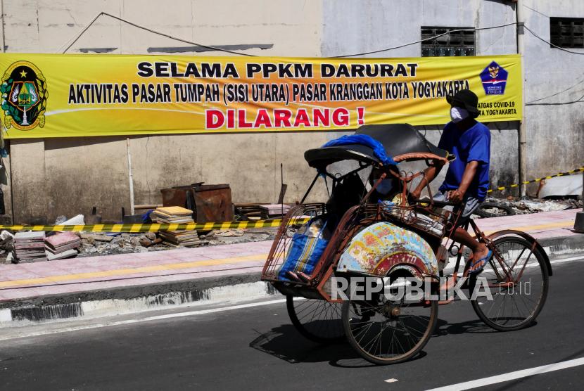 Baliho informasi pembatasan pedagang di Pasar Kranggan, Yogyakarta, Ahad (11/7). Selama PPKM Darurat pedagang di pasar tumpah sisi Utara Pasar Kranggan ditutup sementara. Hal ini untuk mencegah kerumunan saat upaya pengendalian penyebaran Covid-19.