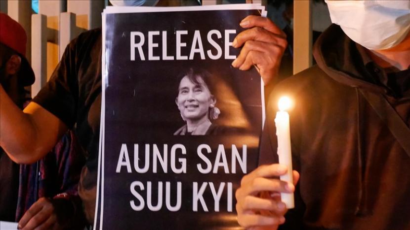 Direktur Jenderal Persatuan Rohingya Arakan (ARU) pada Senin mengatakan militer Myanmar membodohi komunitas internasional dengan menempatkan Penasihat Negara Aung San Suu Kyi di depan, tetapi tetap mengendalikan pemerintah.
