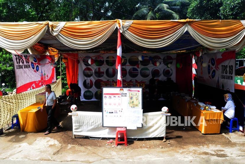 Warga usai menggunakan hak suaranya saat Pilkada serentak 2018 di TPS 19, Sempur, Bogor, Jawa Barat, Rabu (27/6).