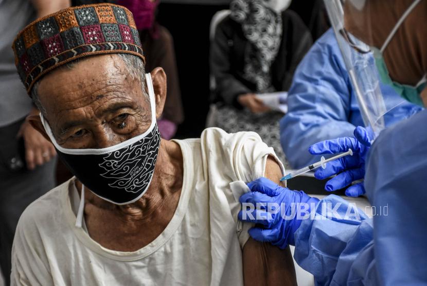Belum Capai Target, Pemkot Solo Kebut Vaksinasi Lansia (ilustrasi).