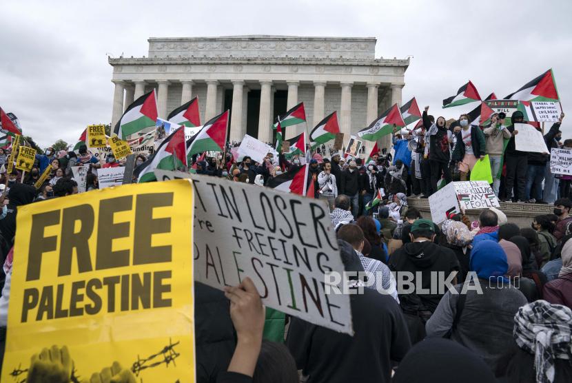 680 Tokoh Desak Joe Biden Lindungi Hak-Hak Palestina. Pendukung rakyat Palestina berkumpul selama demonstrasi Nasional Pawai untuk Palestina di Lincoln Memorial, di Washington, Sabtu, 29 Mei 2021.