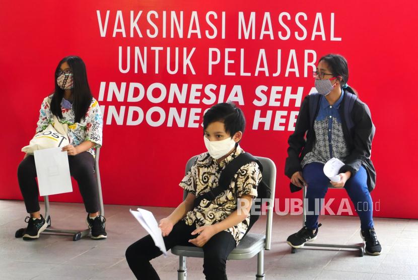 Pelajar menunggu penyuntikan vaksin Covid-19 Sinovac di Sekolah Nasional Tiga Bahasa Budi Utama, Sleman, Yogyakarta, Rabu (14/7). Yogyakarta mulai melakukan vaksinasi massal Covid-19 di sekolah untuk pelajar. Sebanyak 49.999 anak menjadi target vaksinasi Covid-19 di Yogyakarta.