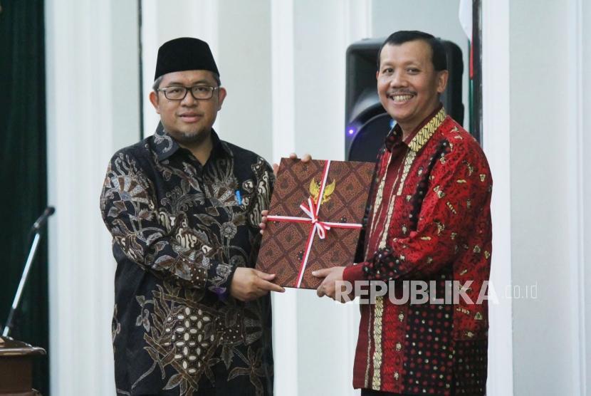 Serah terima tugas Gubernur Jawa barat Ahmad Heryawan (kiri) kepada Pelaksana Harian (Plh) Gubernur Jawa Barat Iwa Karniwa (kanan), di Aula Barat, Gedung Sate, Kota Bandung, Rabu (13/6).