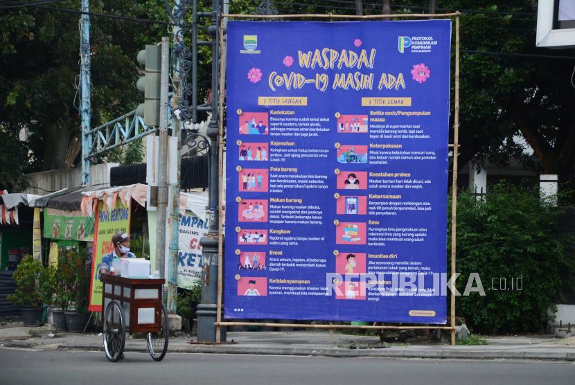 Sebuah baliho sosialisasi waspada Covid-19 dipasang oleh Protokol dan Komunikasi Pimpinan (Prokopim) Kota Bandung, di Jalan LRE Martadinata, Kota Bandung, Selasa (22/6). Berbagai upaya terus dilakukan Pemkot Bandung dan semua unsur terkait untuk mencegah makin mewabahnya Covid-19 di Kota Bandung, salah satunya sosialisasi dan edukasi pemahaman tentang Covid-19 serta protokol kesehatan (Prokes).