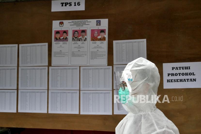 [Ilustrasi] Petugas KPPS menggunakan alat pelindung diri usai mengambil surat suara dari warga terjangkit covid-19 di TPS 16 Sedogan, Sleman, Yogyakarta.