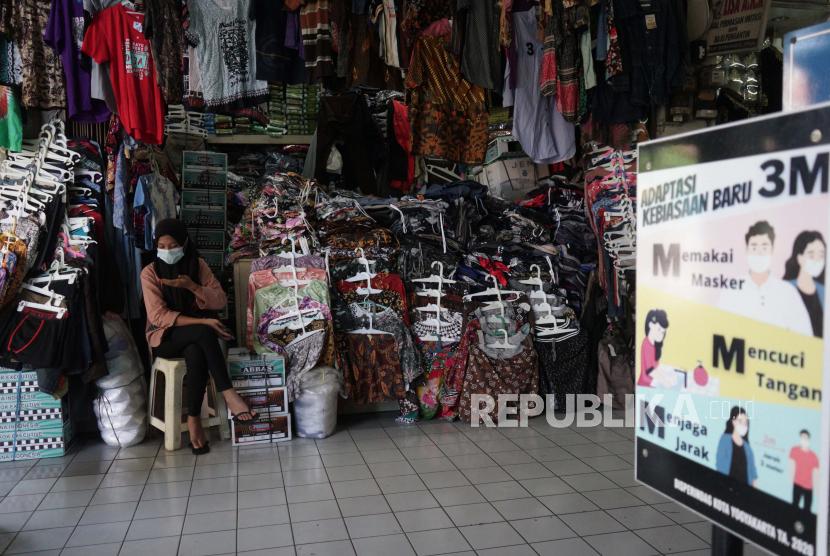 Pedagang batik menjajakan daganganya di los pakaian Pasar Beringharjo, Yogyakarta, Senin (26/7/2021). Setelah tutup selama PPKM Darurat, saat ini los non esensial seperti los batik maupun kerajinan di Pasar Beringharjo mulai dibuka menyusul penyesuaian PPKM di DIY.