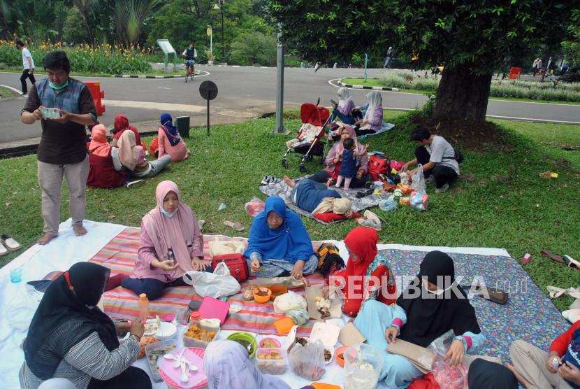 Sejumlah warga berkumpul dan makan bersama. ilustrasi