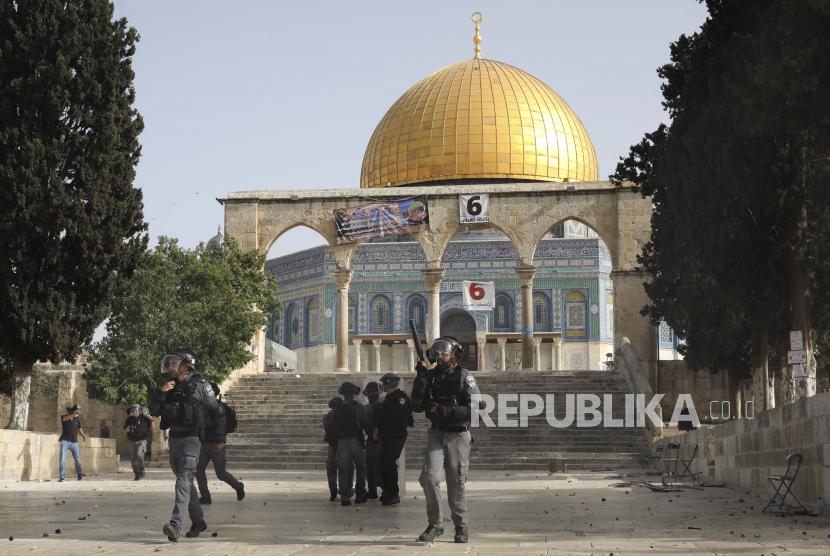 Pasukan keamanan Israel mengambil posisi selama bentrokan dengan warga Palestina di depan Masjid Kubah Batu di kompleks Masjid Al Aqsa di Kota Tua Yerusalem Senin, 10 Mei 2021.