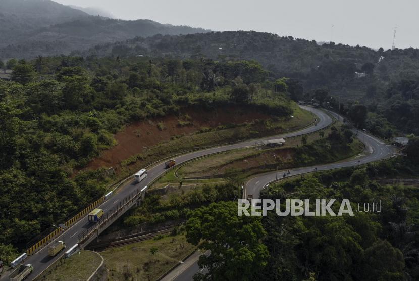 Foto udara jalur selatan Jawa, yakni di Lingkar Gentong, Kabupaten Tasikmalaya, Jawa Barat.