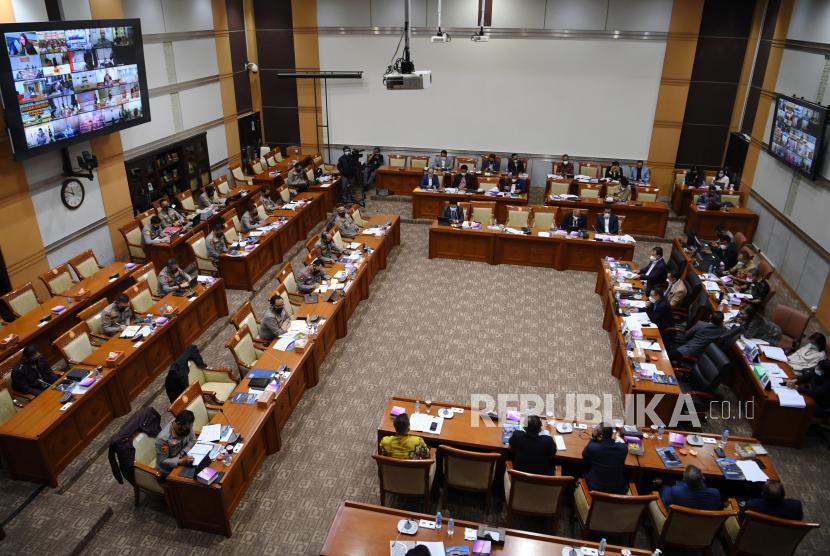 Suasana rapat kerja antara Kapolri Jenderal Pol Listyo Sigit Prabowo  dengan Komisi III DPR di Kompleks Parlemen, Senayan, Jakarta, Rabu (16/6/2021). Raker tersebut diantaranya membahas program 100 hari dan program prioritas Kapolri, pengungkapan kasus-kasus aktual, dan tindak lanjut atas pengaduan masyarakat.