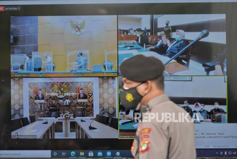 Layar yang menampilkan suasana sidang perdana atas kasus pelanggaran protokol kesehatan dengan terdakwa mantan pemimpin FPI Habib Rizieq Shihab (HRS) yang digelar secara virtual di Pengadilan Negeri Jakarta Timur, Selasa (16/3).