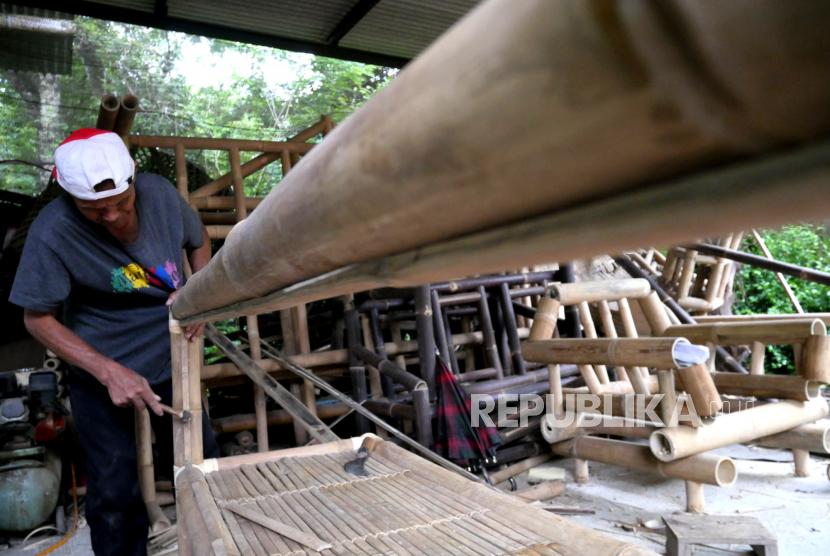 Pekerja membuat kerajinan bambu di Rosse Bambu, Margoagung, Sleman, Yogyakarta.