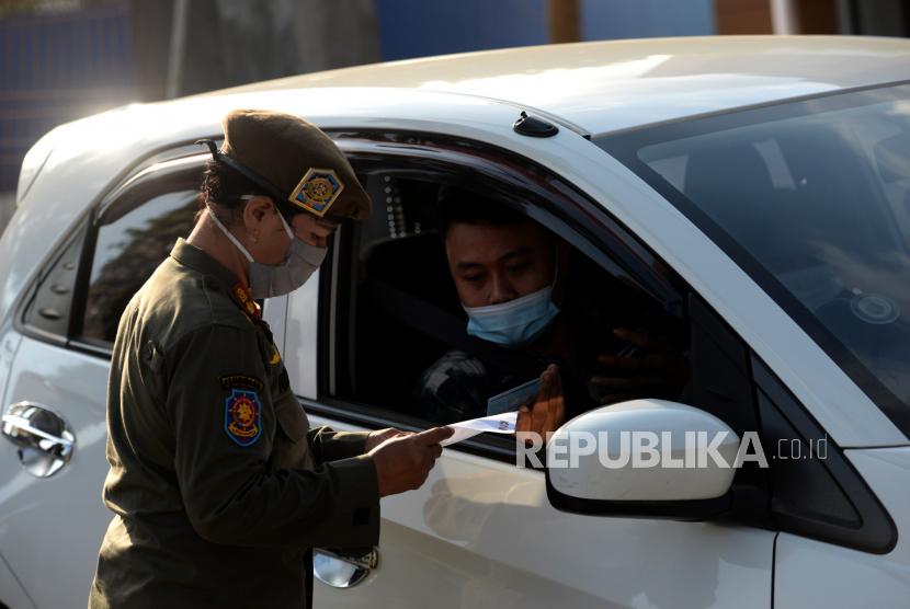 Petugas gabungan memeriksa surat bebas Covid-19 di Pos Penyekatan Temon, Kulonprogo, Yogyakarta, Senin (10/5). Masyarakat yang akan memasuki Jabodetabek diwajibkan mengikuti tes Covid-19 yang digelar oleh Pemerintah.