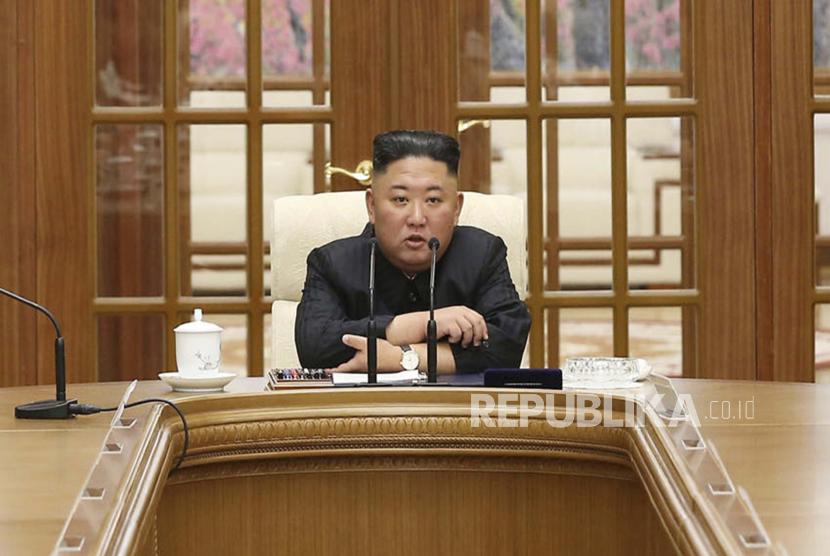 Dalam foto yang disediakan oleh pemerintah Korea Utara ini, Kim Jong Un menghadiri pertemuan di Pyongyang, Korea Utara, Jumat, 4 Juni 2021.