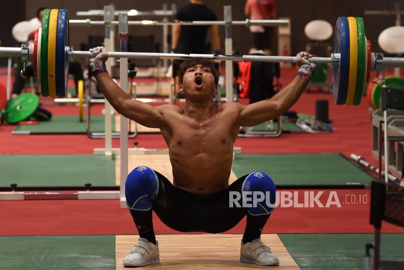 Lifter putra Indonesia Deni melakukan angkatan saat sesi latihan di Arena Angkat Besi Olimpiade Tokyo 2020, Tokyo International Forum, Tokyo, Jepang, Kamis (22/7/2021). Deni akan bertanding dalam kelas 67 Kg putra Olimpiade Tokyo 2020 pada Sabtu 24 Juli 2021.