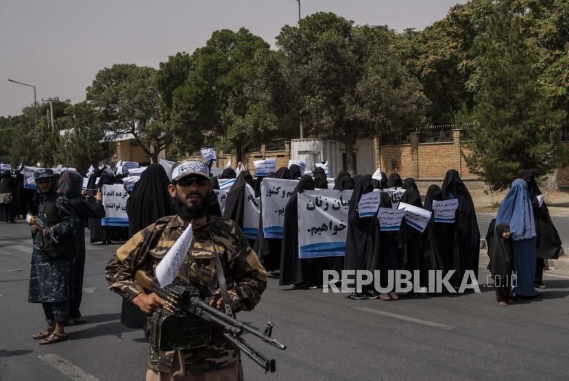 Para wanita berbaris mendukung pemerintah Taliban di luar Universitas Kabul, Afghanistan, pada Sabtu, 11 September 2021.
