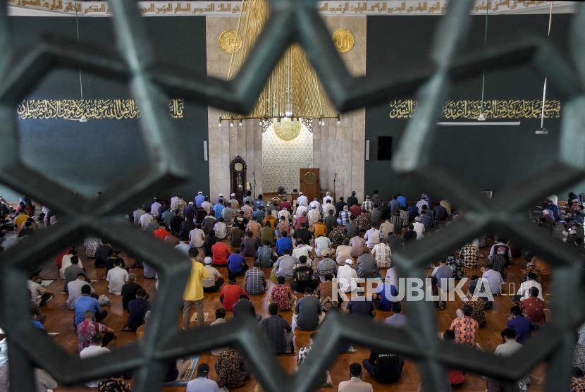 Jemaah mendengarkan khutbah saat ibadah Sholat Jumat